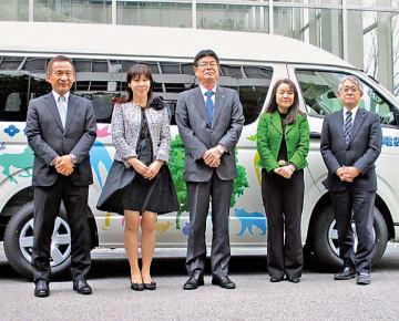福祉車両の前で記念撮影、井上社長(中央)