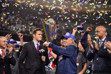 トロフィーを受け取るアメリカ代表のジム・リーランド監督【写真:Getty Images】