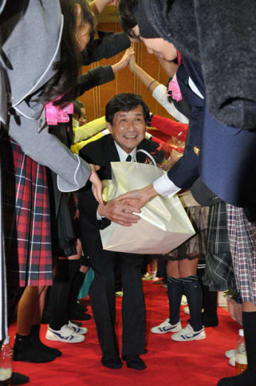 退任を祝う「卒業式」で児童らに送られる曽我校長
