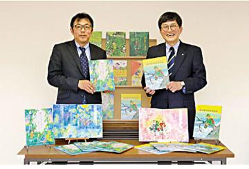 兵庫県立図書館での贈呈式(神鋼の吉武邦彦環境防災部長(左)と善部修館