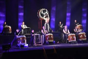 舞鶴一座秋月鼓童の結成15周年記念コンサート。力強く切れのあるステージで約900人の観客を魅了した