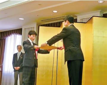 「第6回『アルミと未来』絵画コンクールの表彰式。会長賞に選出された鈴木淳太さん