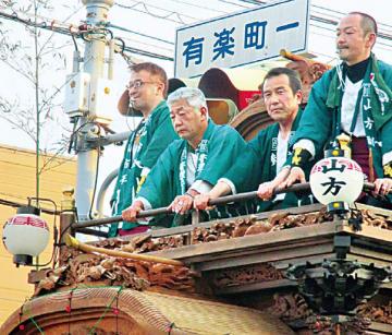 伝統行事である山車の曳廻しで三宅亮一常務執行役員知多製造所長が最上段で観客からのエールに応え、地域と交流した