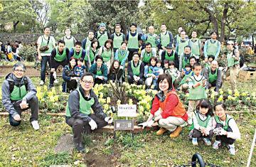 環境ボランティアを実施した岩田修一社長をはじめとする東京本社勤務の役職員とその家族、およびグループ会社の役職員とその家族ら合計73人が参加