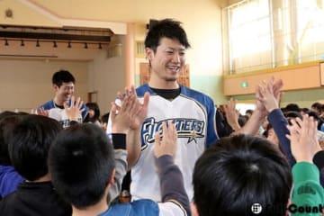 札幌琴似小学校を訪問した日本ハム・西川遥輝【写真:石川加奈子】