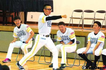 熊本県益城町の小学校を訪問したホークス選手たち【写真:藤浦一都】