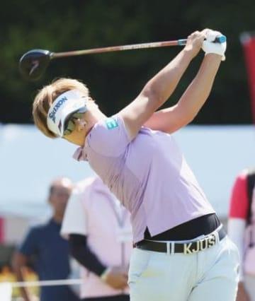 ゴルフ、20歳岡山が首位発進