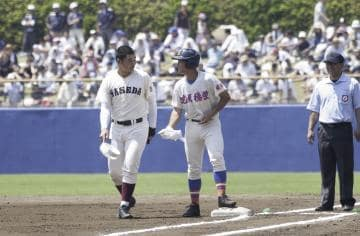 高校野球の関東大会2回戦に登場した早実の清宮選手(左)。球場は内外野席とも観客で埋まった=ひたちなか市民球場