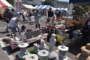 多彩な製品が並ぶ「大和の石まつり」=桜川市羽田