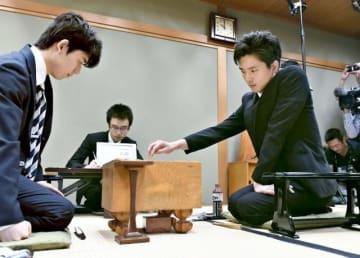 上州YAMADAチャレンジ杯トーナメントで藤井聡太四段(左)と対局する都成竜馬四段=7日午前、大阪市の関西将棋会館