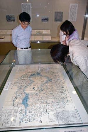 幕末の琵琶湖と近江国全域を描いた古地図。観光名所や街道が詳細に記されている(滋賀県彦根市馬場1丁目・滋賀大経済学部付属史料館)