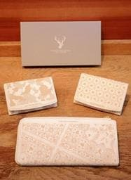 シカの革を使った財布とカードケース。若者向けのデザインに仕上げた=神戸市中央区元町通6