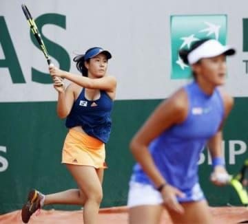 ジュニア女子ダブルス準決勝で敗れた宮本(左)、中国選手のペア=パリ(共同)