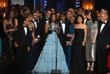演劇界最高の栄誉トニー賞でミュージカル部門の作品賞に輝いた「ディア・エバン・ハンセン」の製作関係者とキャスト陣=11日、ニューヨーク(AP=共同)
