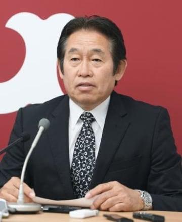 記者会見する巨人のGM兼編成本部長に就任した鹿取義隆氏=13日午後、東京都千代田区