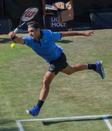 男子テニスのメルセデス・カップ、初戦の2回戦でトミー・ハースに敗れたロジャー・フェデラー=14日、シュツットガルト(AP=共同)