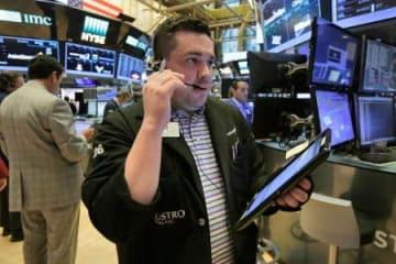 ニューヨーク証券取引所のトレーダーたち=16日(AP=共同)