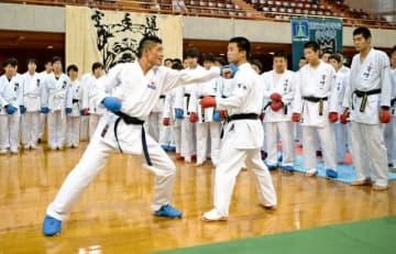 拳の出し方、蹴り出し方の指導を行う全日本ナショナルチームの工藤開さん(中央左)