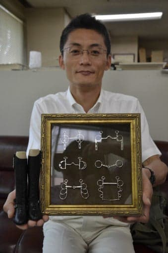 ミニチュア馬具を手に「馬の街・十和田をPRしたい」と話す櫻田事務局長