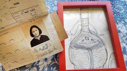 吉田由貴子さんが描いたスケッチと、香港旅行のために取得したパスポート=神戸市北区