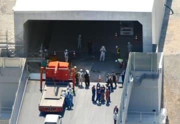 鉄板が落下し、作業員が下敷きになる事故があった新名神高速道路の建設現場=19日午後2時15分、大阪府箕面市(共同通信社ヘリから)