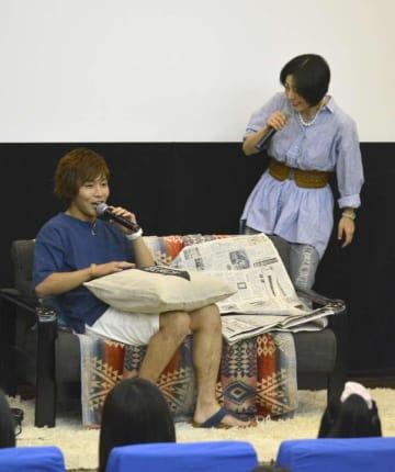 茨城新聞の記事をネタにコントを繰り広げる安達勇人(左)=笠間市