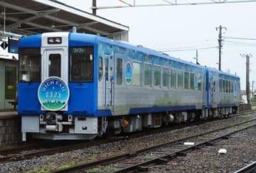 JR東日本の小海線で7月1日に運転が始まる新たな観光列車「HIGH RAIL(ハイレール) 1375」の外観=21日、長野県佐久市