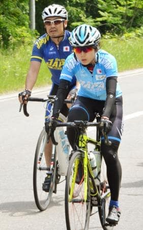 強化合宿で自転車をこぐスピードスケート女子の高木美帆(手前)=21日、北海道網走市