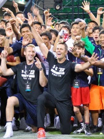 若手選手を指導したペイトリオッツのQBトム・ブレイディ(手前右)=21日、東京都江東区の有明コロシアム