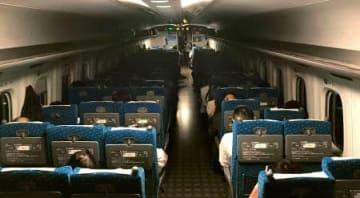 停電の影響で暗くなった新幹線の車内=21日午後8時16分、大阪市