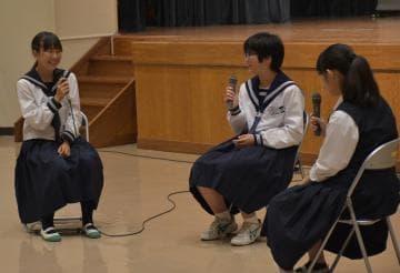 「英語インタラクティブフォーラム」鉾田市大会で、英語でフリートークをする中学生=鉾田市汲上の大洋公民館