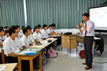 県内の高校3年生約120人が参加し、教師の役割について学んだ「教師みらいセミナー」=24日午前、宮崎市・宮崎南高