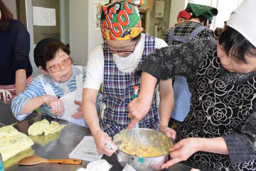 サタさん(左)の指導のもと、米家庭仕込みのクッキー作りに挑戦する参加者