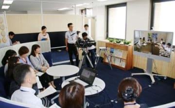 徳島県庁に開設された「とくしま消費者行政プラットホーム」で、テレビ会議を実演する職員ら=26日午前