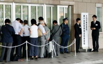 タカタの定時株主総会の会場に集まった株主ら=27日午前、東京都港区