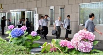 タカタの定時株主総会を終え、引き揚げる株主ら=27日午後、東京都港区