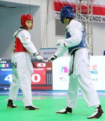 男子58キロ級、4回戦で敗れた鈴木セルヒオ(左)=韓国・茂朱(共同)