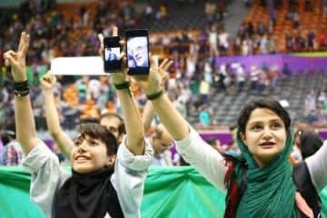 ロウハニ大統領の選挙集会終了後、歌を歌う女性=5月中旬、テヘラン(共同)