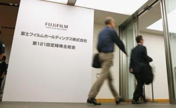 富士フイルムホールディングスの株主総会に向かう株主ら=29日午前、東京都港区