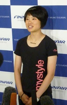 所属先の欧州合宿へ出発前、取材に応じる伊藤有希=29日、成田空港