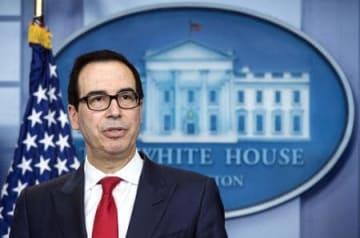 29日、ホワイトハウスで記者会見するムニューシン米財務長官(UPI=共同)