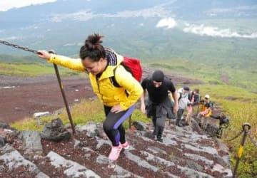 富士山の山開きを前に、山梨県側から山頂を目指す外国人登山客=30日午後
