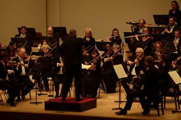 華麗な音色で約1400人の聴衆を魅了したハンブルク交響楽団の青森公演=30日夜、青森市のリンクステーションホール青森