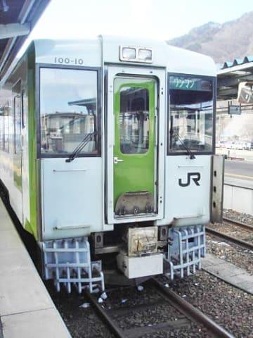 試験的に釜石線の車両に設置した排障器(車両下部)。シカの車両下への巻き込みを防ぐ効果が期待できるという(JR盛岡支社提供)