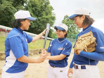 女子野球アジアカップの日本代表に選ばれた福知山成美高の大野投手(右)、阿部三塁手(中央)と、コーチを務める長野監督=福知山市堀・同高