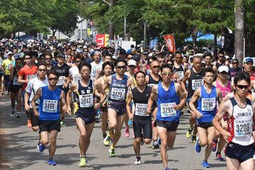 健脚を競って一斉にスタートするハーフマラソンの出場者たち=2日、青森市の合浦公園