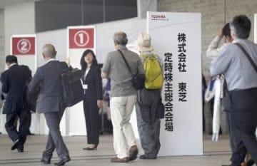 東芝の株主総会に向かう株主ら=6月28日、千葉市の幕張メッセ