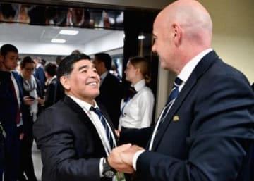 コンフェデレーションズカップの決勝を前に、国際サッカー連盟のインファンティノ会長(右)と握手を交わすマラドーナ氏=2日、サンクトペテルブルク(ゲッティ=共同)