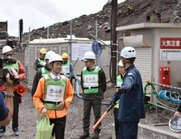 山梨県側の富士山6合目にある安全指導センターで行われた避難訓練=5日午前