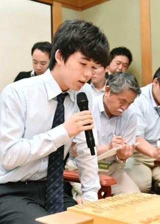 プロ初黒星後、最初の対局で公式戦通算30勝目を挙げた藤井聡太四段=6日午後、大阪市の関西将棋会館